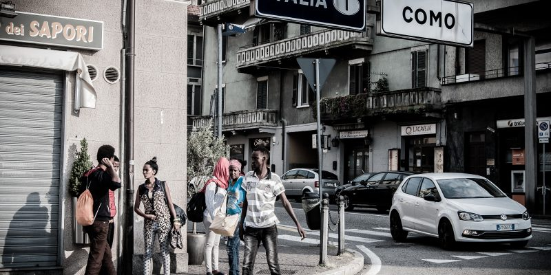 Como. Migranti di fronte al confine italo-elvetico. (Foto: Emanuele Amighetti)