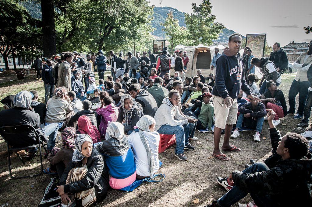 Como. Migranti attendono l'apertura del campo d'accoglienza nel parco di fronte alla stazione S.Giovanni. (Foto: Emanuele Amighetti)