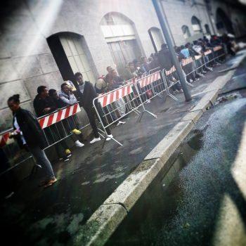 La fila - Hub via Sammartini, Milano (Foto: Marina Petrillo)