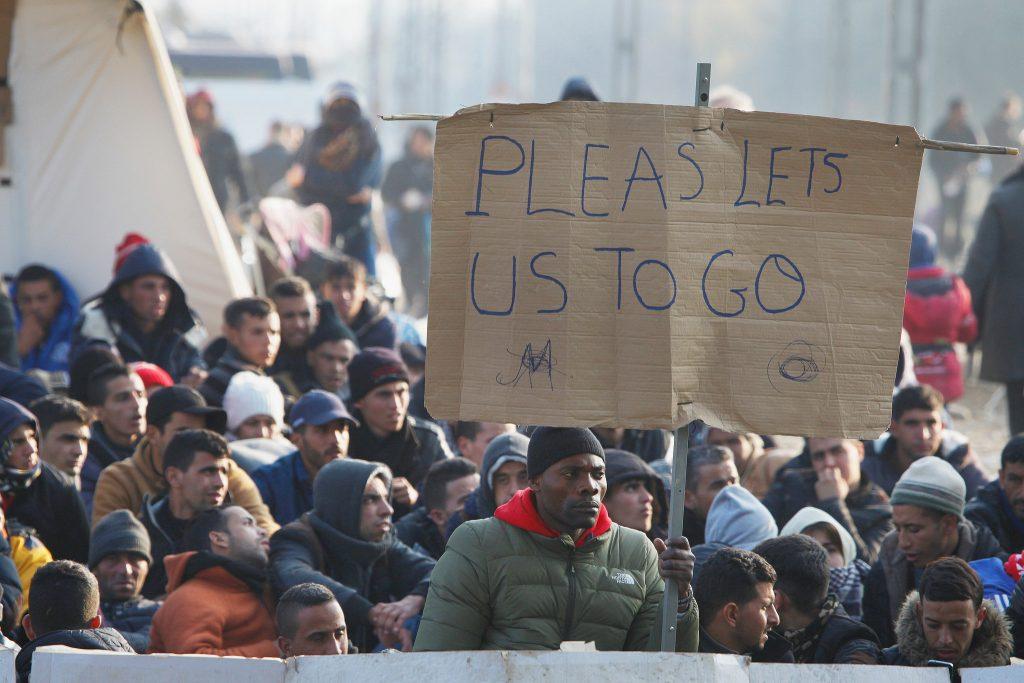 (Rifugiati al confine tra Grecia e Macedonia. Foto: Steve Evans)