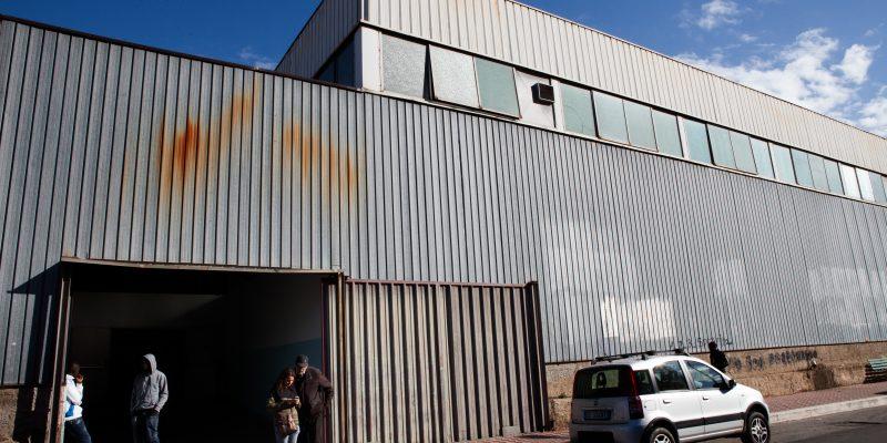 Lo scatolone, Reggio Calabria, Italia. L'esterno dello scatolone, struttura comunale a pochi metri dallo stadio Oreste Granillo a Reggio Calabria, oggi casa per circa quattrocento ragazzi.