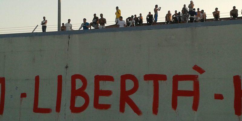 FOTO: Proteste al CIE - via LasciateCIEntrare.