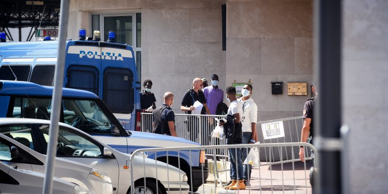 Como migranti in dogana a Chiasso prima di essere imbarcati sui bus in partenza per Taranto