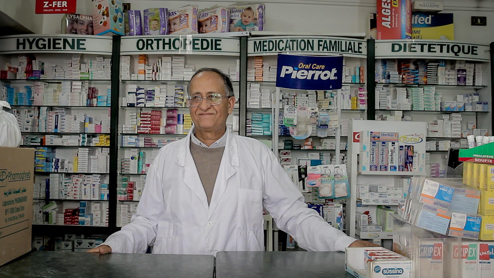 Mongi Slim, presidente della Mezzaluna Rossa nel governorato di Tataouine, nella sua farmacia a Zarzis (foto: Giulia Bertoluzzi)
