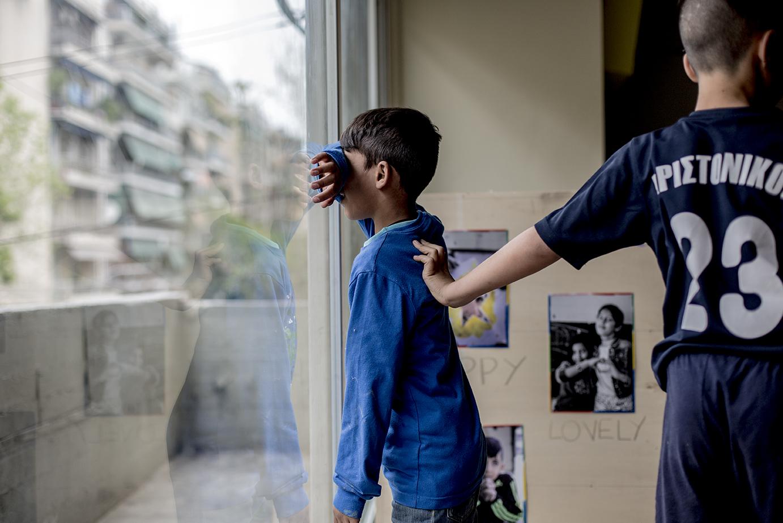 City Plaza di Atene, bimbi giocano a nascondino (foto: Alberta Aureli)