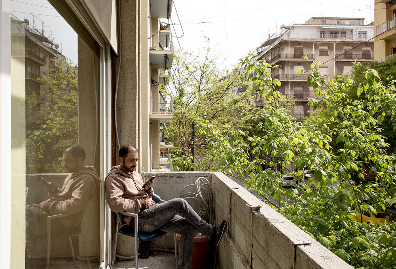 Su uno dei balconi del City Plaza occupato di Atene (foto: Alberta Aureli)