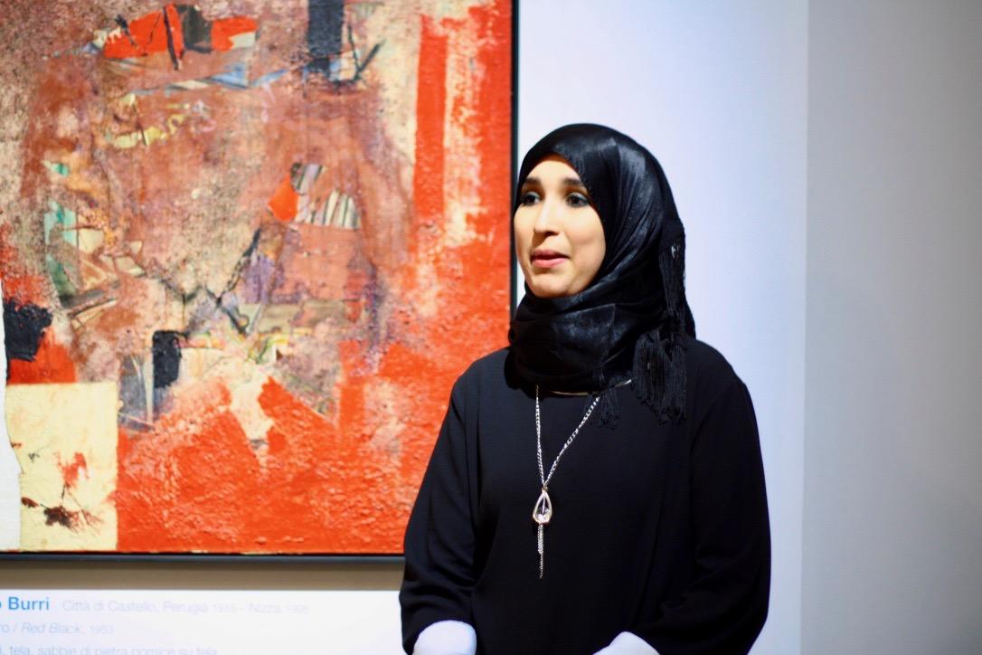 Miriam Lifa, nata in Italia da genitori algerini, parla del lavoro di Alberto Burri alle Gallerie d'Italia a Milano (foto: Marina Petrillo)