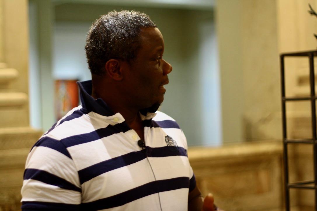 Junior, fuggito dal Darfur, spiega un'opera di Alik Cavaliere alle Gallerie d'Italia a Milano (foto: Marina Petrillo)
