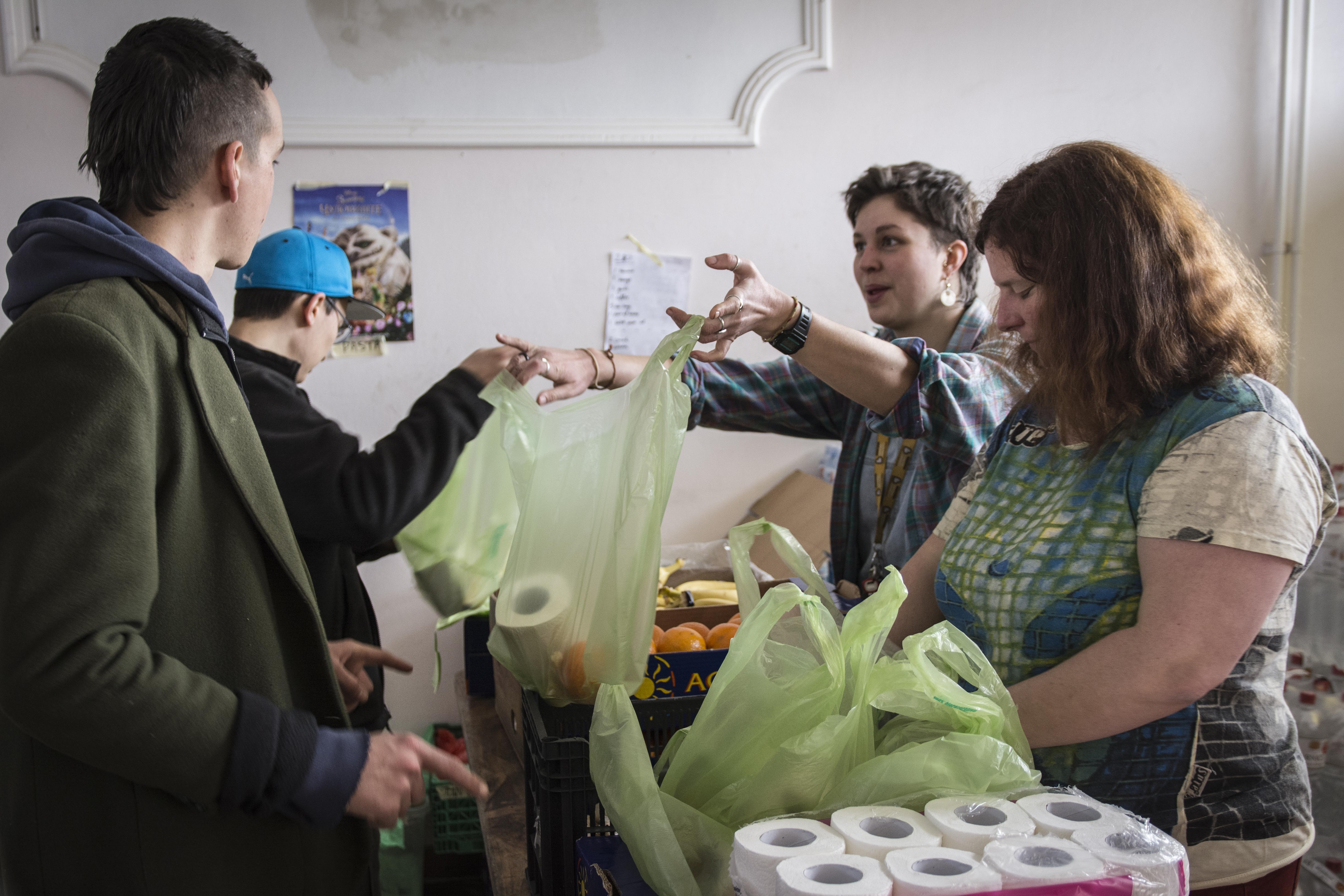 I volontari di Fresh Response preparano le buste da distribuire al punto di raccolta di Subotica (foto di Marco Marchese)