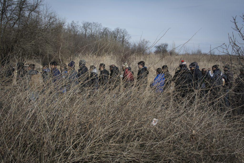 I migranti in fila per la distribuzione del cibo a Subotica (foto di Marco Marchese)