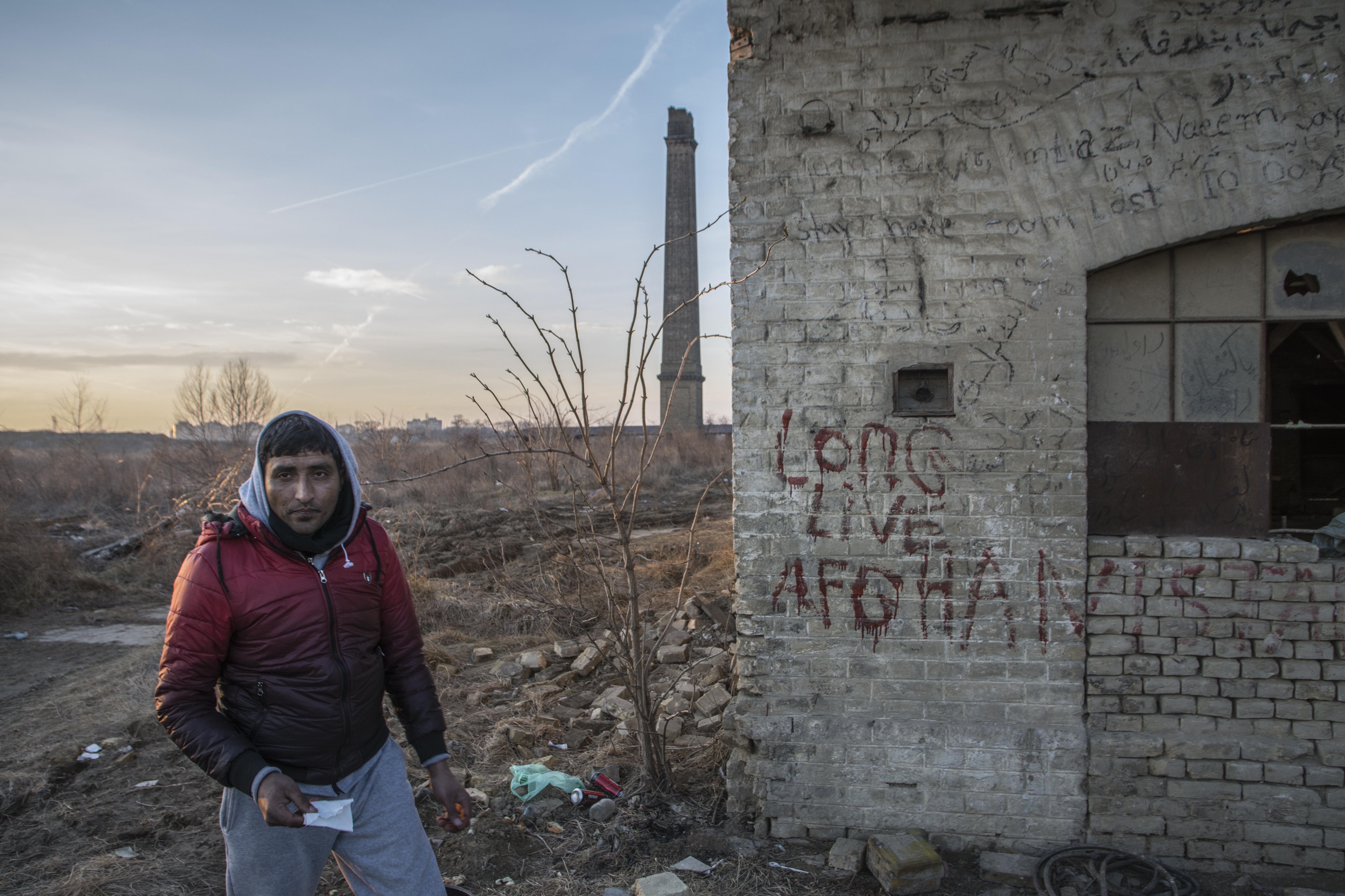 """Alla ex fabbrica di mattoni di Subotica, sul muro la scritta """"lunga vita all'Afghanistan""""(foto di Marco Marchese)"""