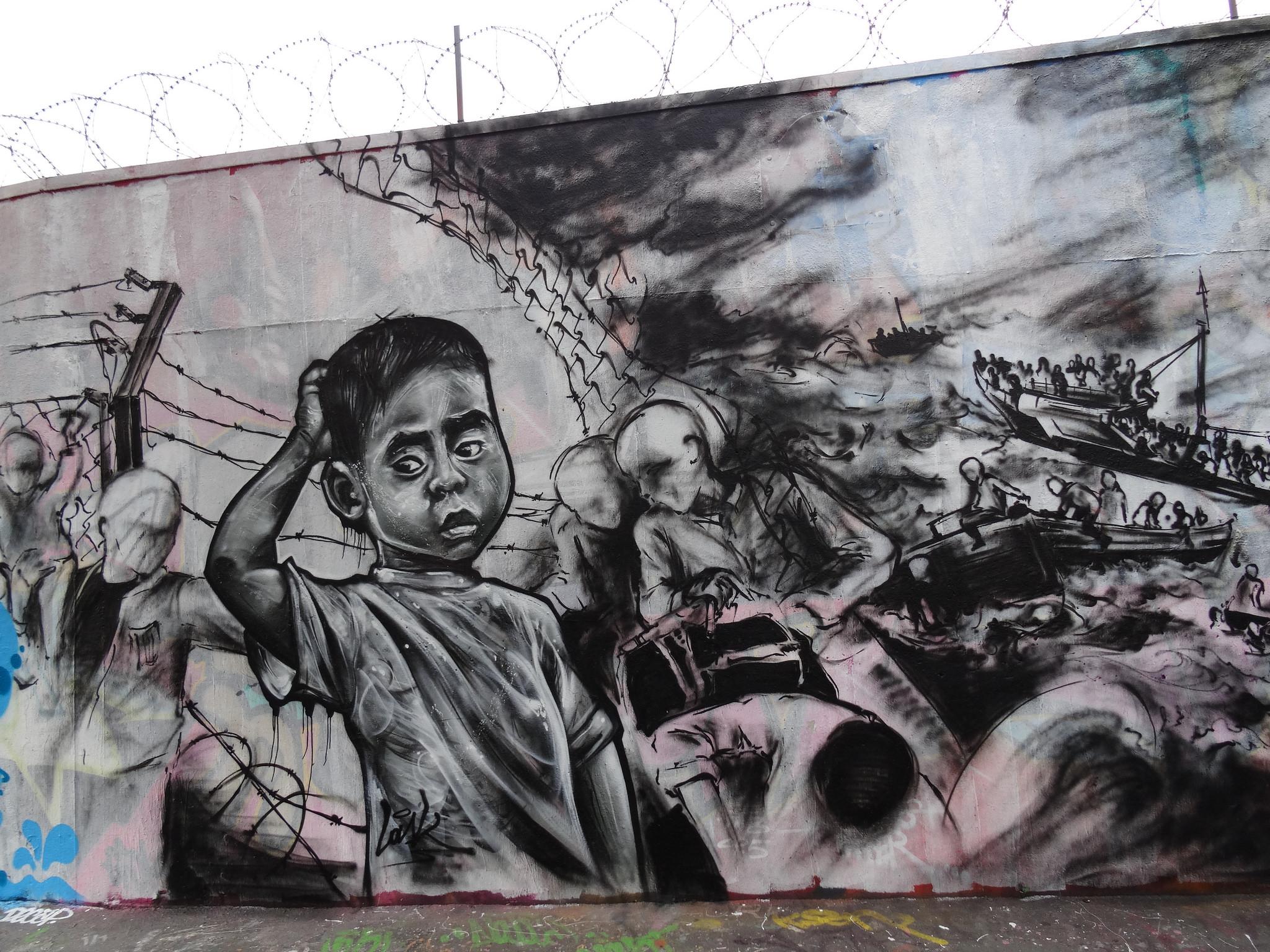 """""""Attraverso il mare e i fili spinati"""", murale di Lask, Rue Ordener, Paris, 17 maggio 2017 (foto: Jeanne Menjoulet, licenza CC 2.0)"""