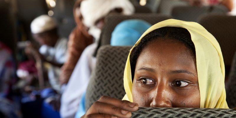 Sfollati interni ritornano in autobus da un campo ad Aramba al loro villaggo di Sehjanna, vicino a Kutum, nel Nord del Darfur, con il programma Unhcr di rimpatrio volontario  (UN Photo/Albert Gonzalez Farran CC BY-NC-ND 2.0)