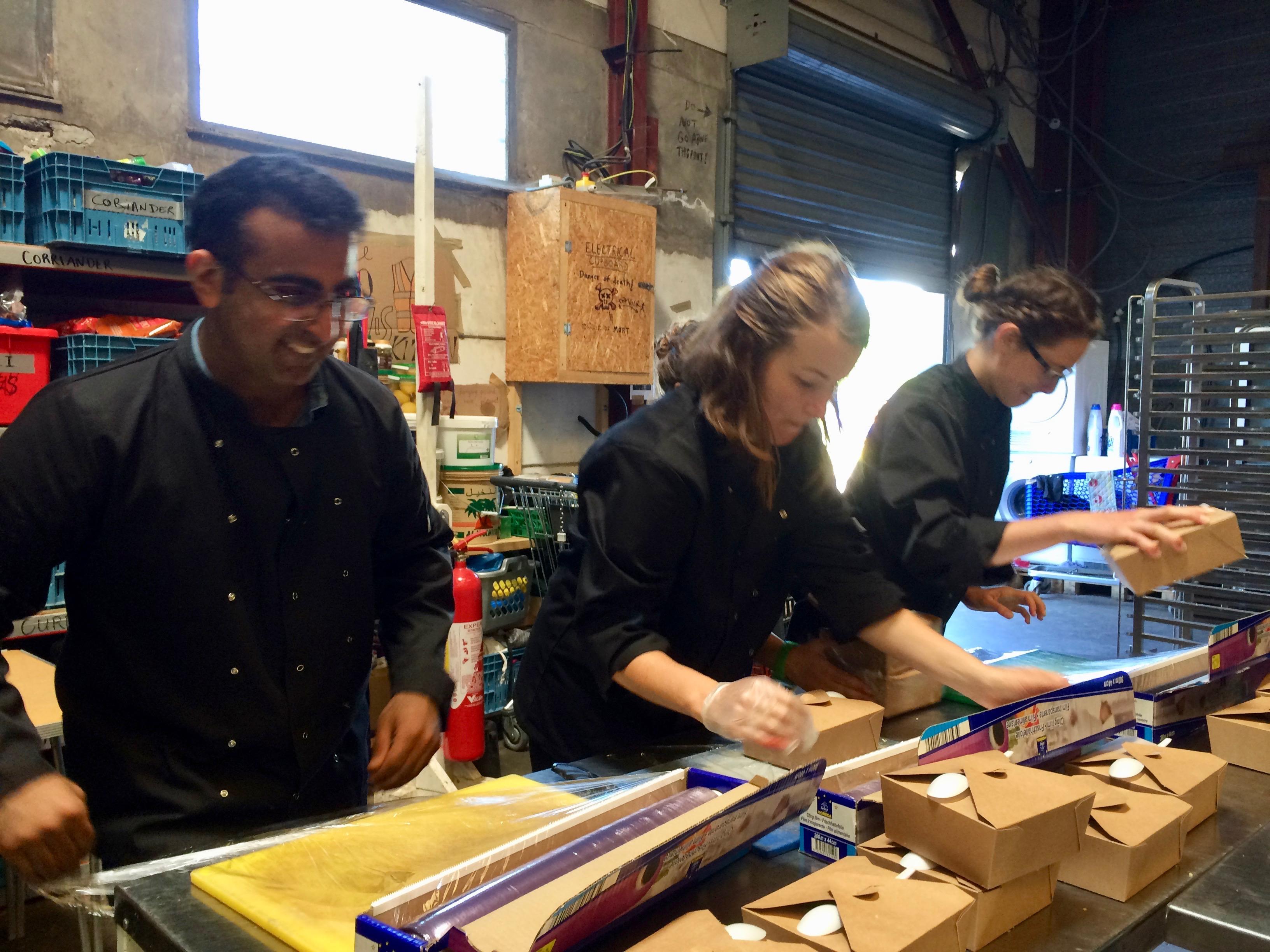 Volontari che preparano il cibo per i migranti all'Auberge des Migrants (foto: Emanuela Barbiroglio)