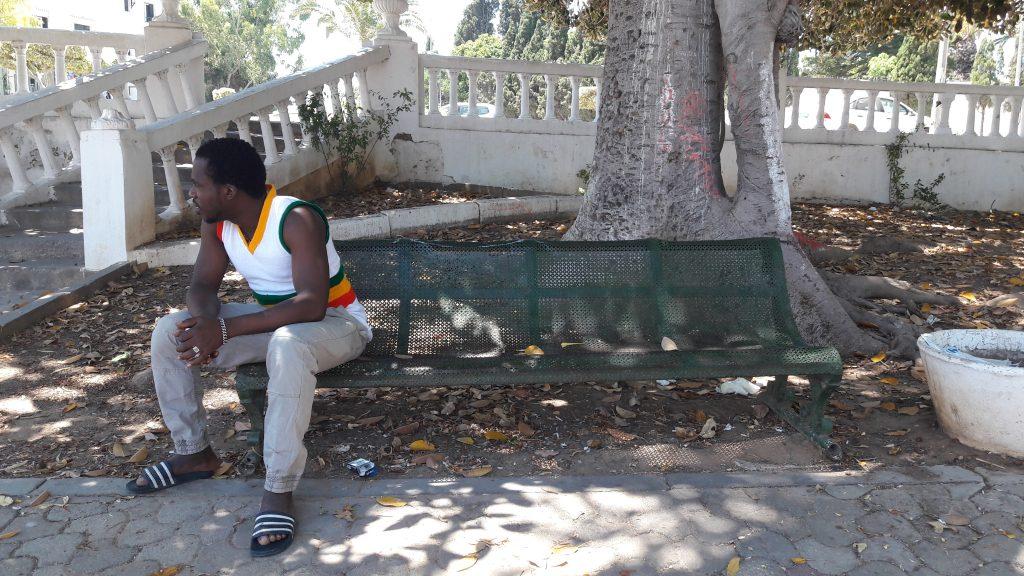 Diarra Kalilone, 36 anni, ivoriano, ex residente del campo profughi di Choucha, nel giardino della colonia di La Marsa dove vive dall'evacuazione del campo del 19 giugno (foto: Laura Cappon)