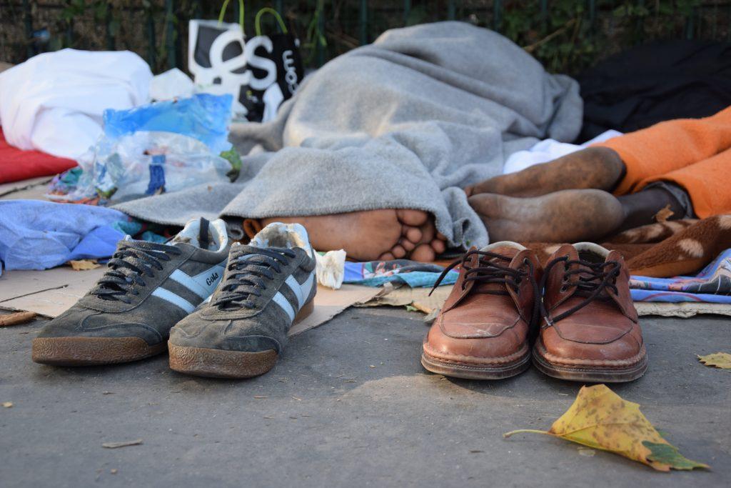 Scarpe di due migranti dell'accampamento informale di Porte de la Chapelle (foto: Veronica Di Benedetto Montaccini)