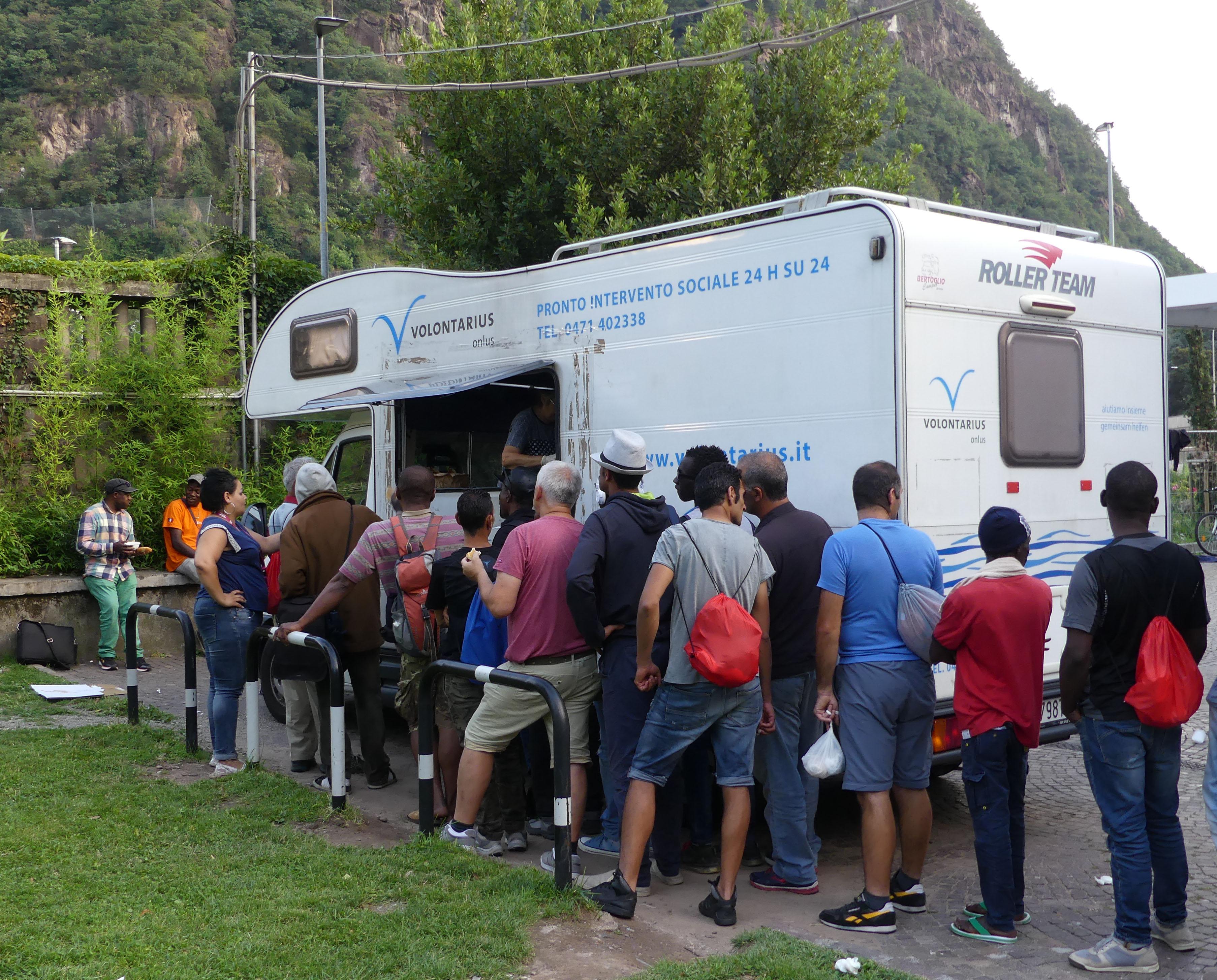 Volontari distribuiscono cibo ai migranti a Bolzano (foto: Michele Luppi)