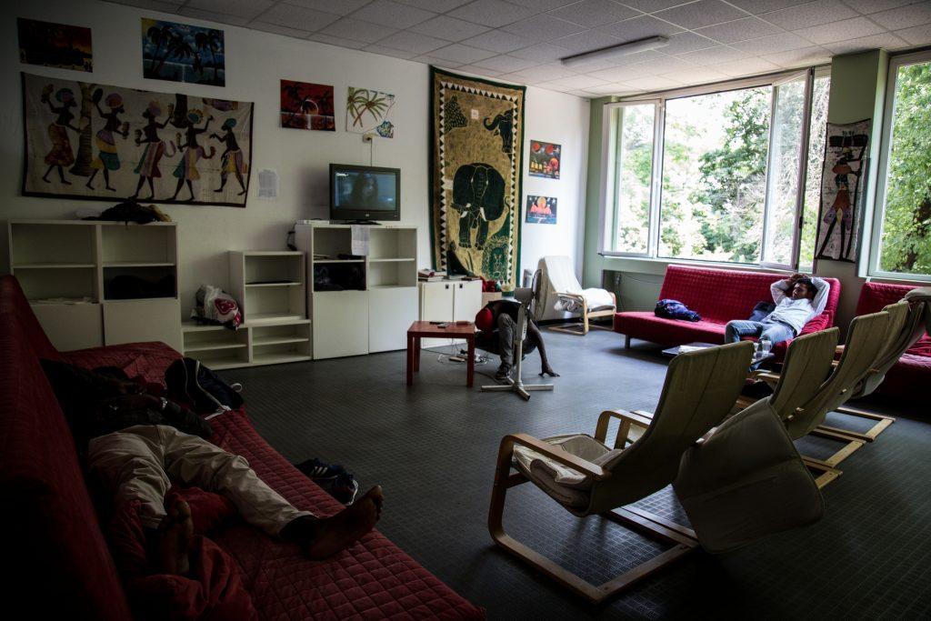 La sala comune del centro Naga-Har di Milano, dove richiedenti asilo possono ricevere supporto psicologico, preparare la propria audizione per la protezione internazionale, frequentare un corso di lingua o semplicemente passare qualche ora (foto: Matteo Congregalli)