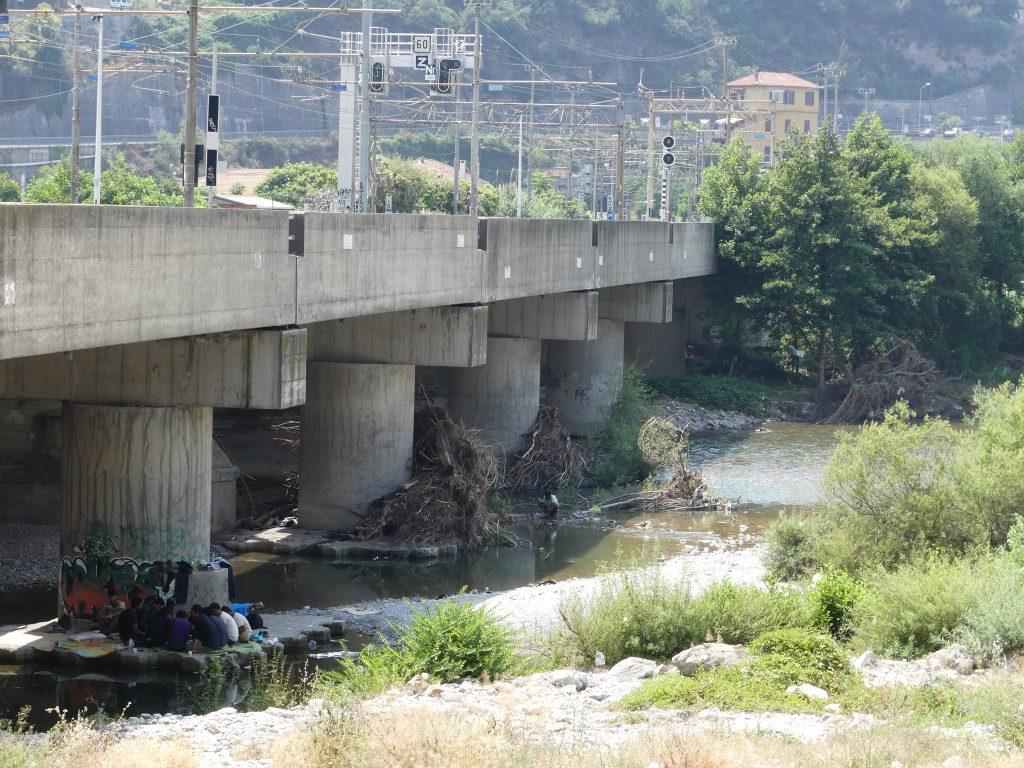Migranti accampati sotto il ponte ferroviario sul fiume Roja a Ventimiglia (foto: Andrea Quadroni)