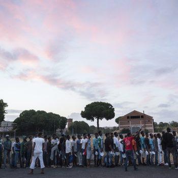 La coda per la cena in piazzale Maslax, Roma (foto: Francesco Pistilli)