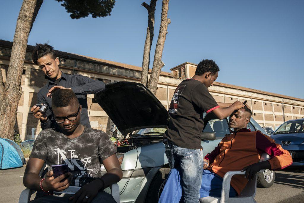 Baobab Experience, barbiere di strada in piazzale Maslax, Roma (foto: Francesco Pistilli)