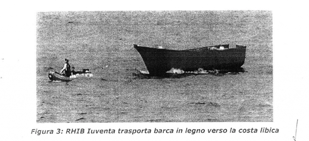 Una delle fotografie contenute nel decreto di sequestro della Iuventa