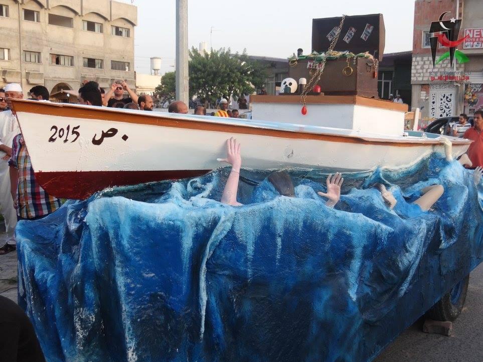 Manifestazione a Zuwara il 4 settembre 2015 contro le morti in mare e i trafficanti di uomini. Qui una piccola installazione dei manifestanti che rappresenta una barca e le persone che annegano. (Foto: Zuwara Media Center)