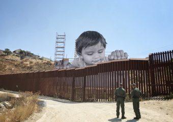Il 6 settembre 2017 l'artista messicano JR ha pubblicato la fotografia di un'opera a cui stava lavorando sul confine fra Messico e Stati Uniti, una grande testa di bambino che sbircia da sopra la barriera per guardare dall'altra parte. L'installazione resterà al suo posto per un mese (foto: JR)