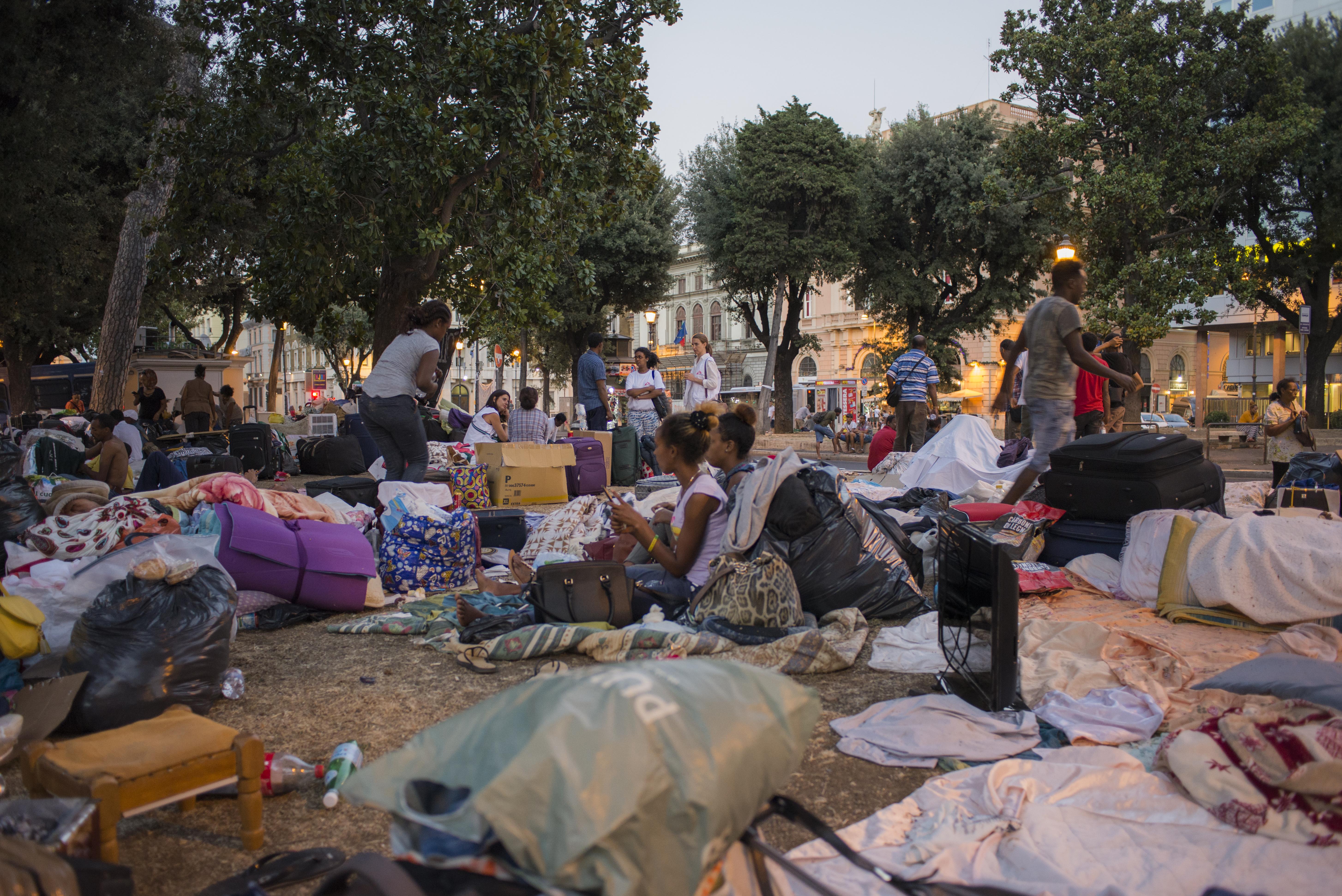 Famiglie eritree e somale trascorrono la sera nella piazza poco distante dalla Stazione Termini con i pochi oggetti personali che hanno potuto portare con loro (foto: Federica Mameli)