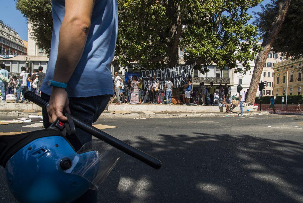 La polizia presidia la piazza con manganelli poche ore prima delle cariche con cui verrà poi disperso il presidio di via Curtatone (foto: Federica Mameli)