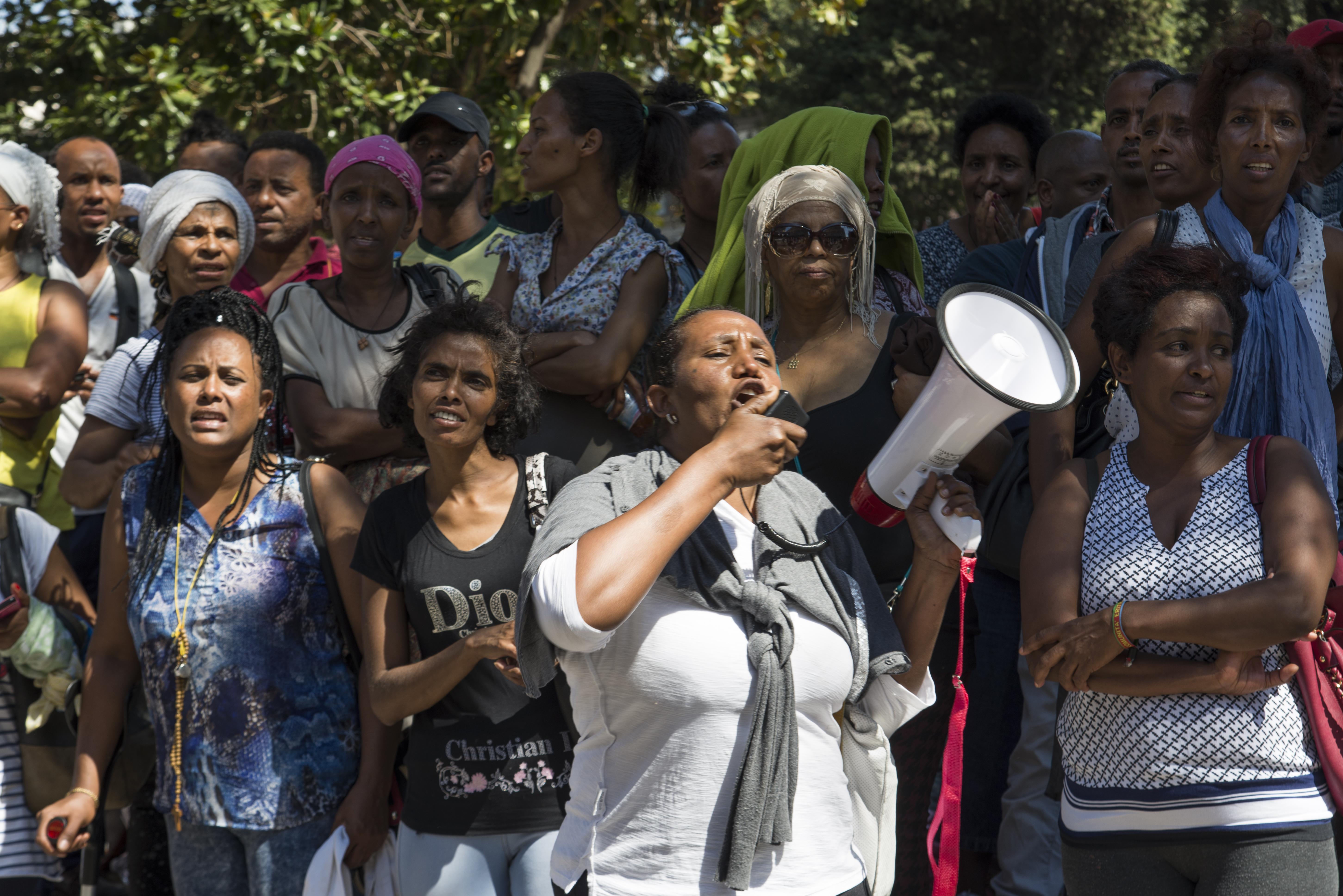 Alcune donne rifugiate contestano la polizia e lo sgombero di piazza Indipendenza (foto: Federica Mameli)