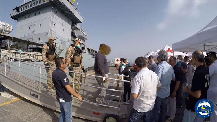 Lo sbarco di un presunto scafista arrestato nell'ambito dell'Operazione Sophia (foto: Eunavfor Med)