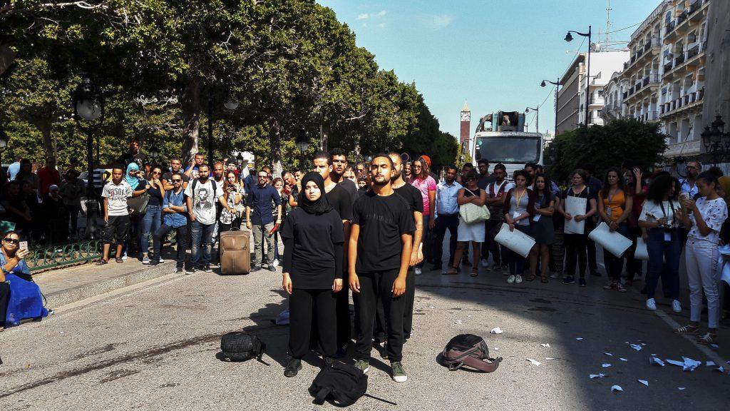 Tunis, 22 settembre. Perfomance in strada per ricordare le morti in mare nel Mediterraneo, nella centrale Avenue Bourghiba, Tunis, durante la conferenza sul Mediterraneo