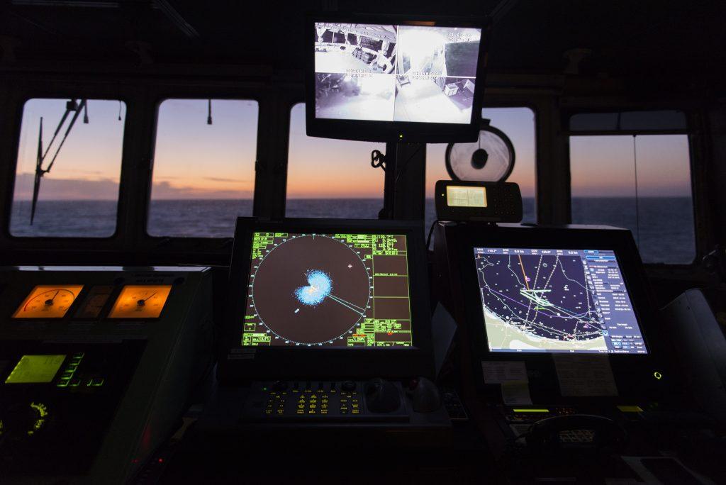 Alle prime luci dell'alba i radar di Aquarius monitorano le acque internazionali in cerca di un gommone in avaria segnalato da MRCC Roma, il centro di coordinamento del soccorso marittimo. (foto: Federica Mameli)