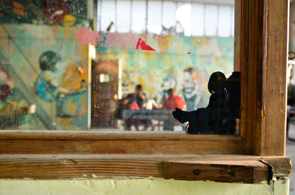 L'aula per il doposcuola dei bambini, ipinta a festa dalla street artist Alice Pasquini e dall'artista decorativa Veronica Montanino. Foto di Maurizio Franco.
