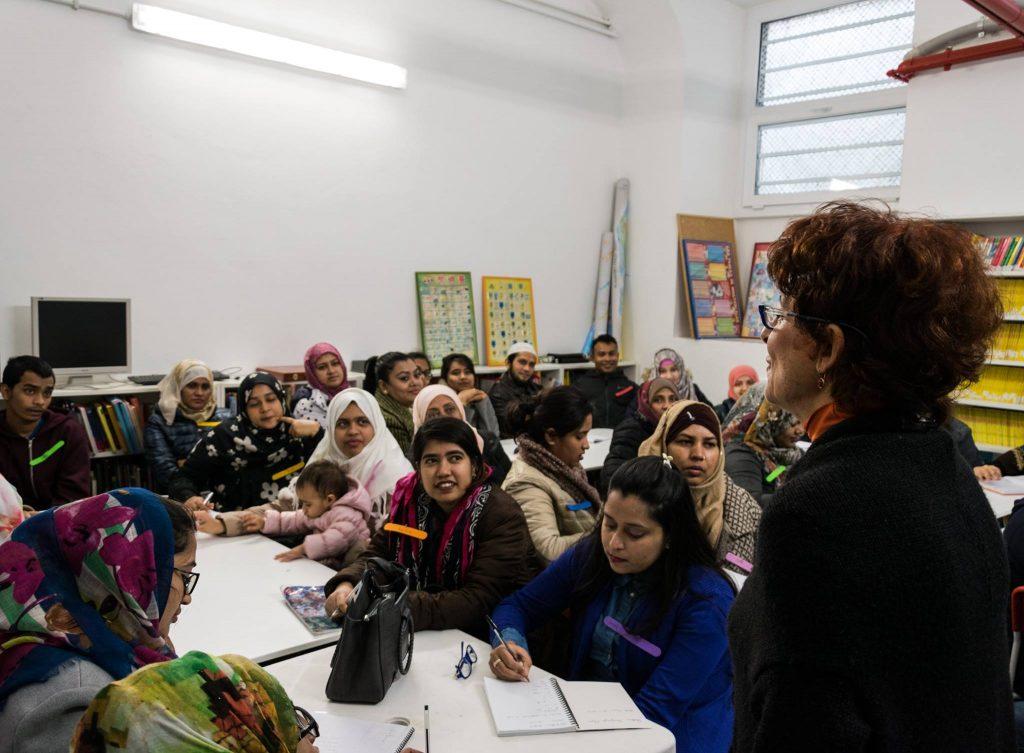 A lezione di italiano con Simona. Foto via Cittadini del Mondo.