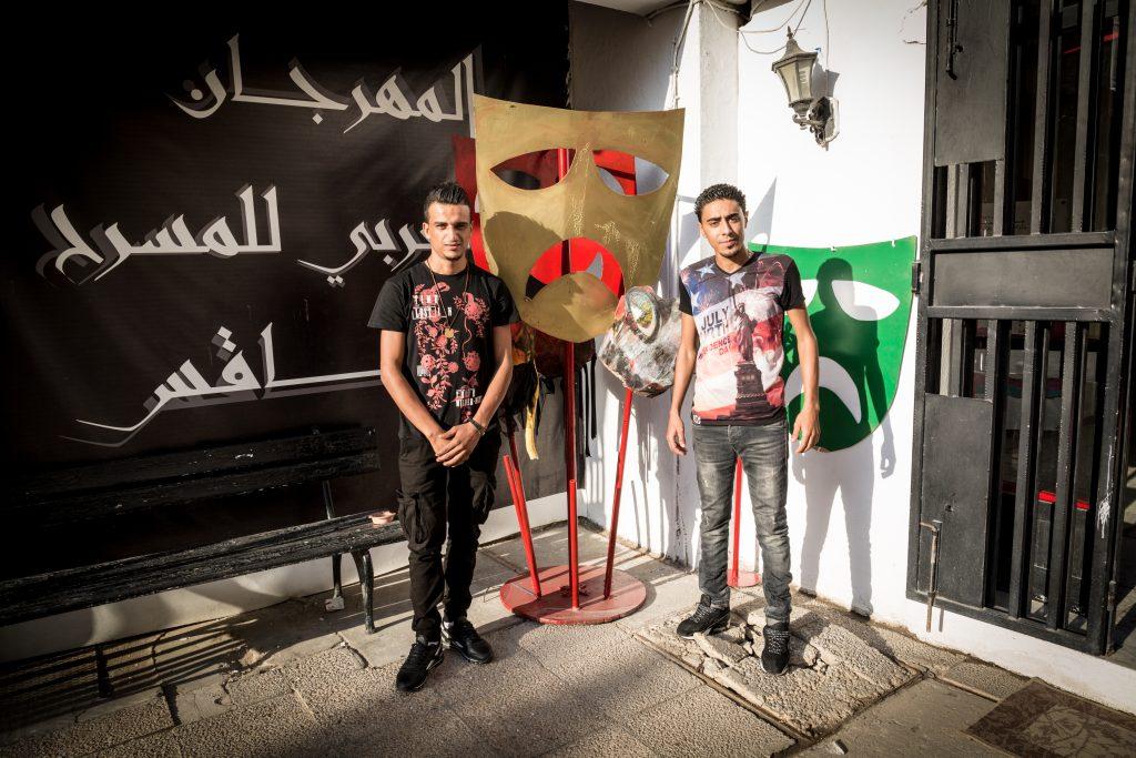 Hafez e Khaled, sopravvissuti al naufragio dell'8 ottobre, di fronte al teatro di Sfax (foto: Giulia Bertoluzzi)