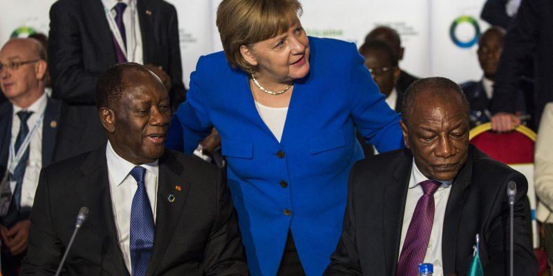 La Cancelliera tedesca Angela Merkel parla con il Presidente della Costa d'Avorio Alassane Ouattara e con il presidente dell'Unione Africana Alpha Condé al vertice di Abidjan il 29 novembre 2017, (Foto: Dominick Reuter/AFP Services for the European Council)