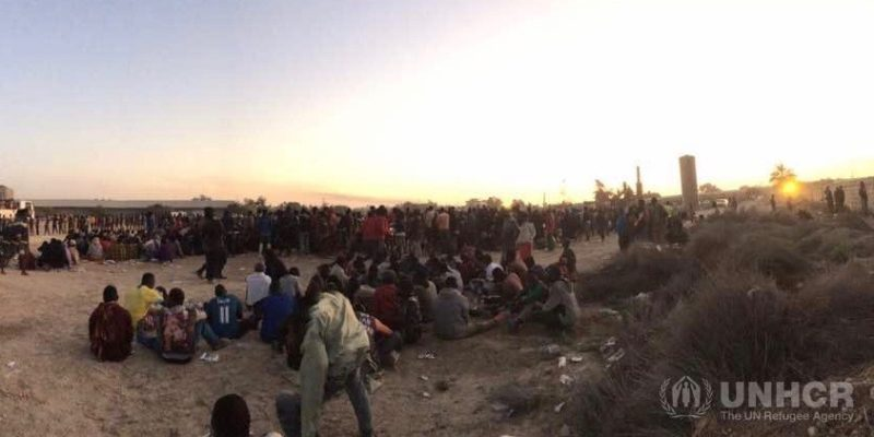 Rifugiati, migranti e famiglie libiche di sfollati interni al punto di raccolta di Dahman in Libia il 6 ottobre 2016, dove le squadre dell'Unhcr hanno fornito urgente aiuto umanitario a circa 10 mila rifugiati e migranti rimasti bloccati dai combattimenti a Sabrata e dintorni (foto: Unhcr)