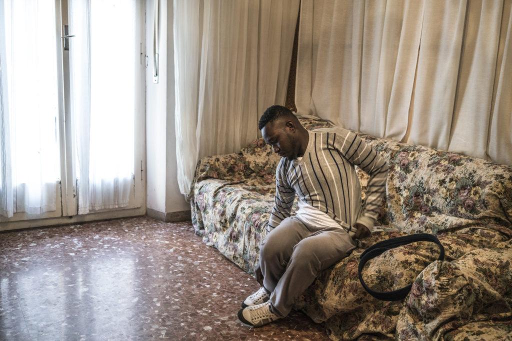 Wilson Kofi a casa a Macerata dopo essere stato dimesso dall'ospedale (foto: Emanuele Satolli)