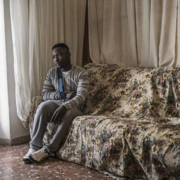 Wilson Kofi nel suo appartamento a Macerata poche ore dopo essere stato dimesso dall'ospedale (foto: Emanuele Satolli)