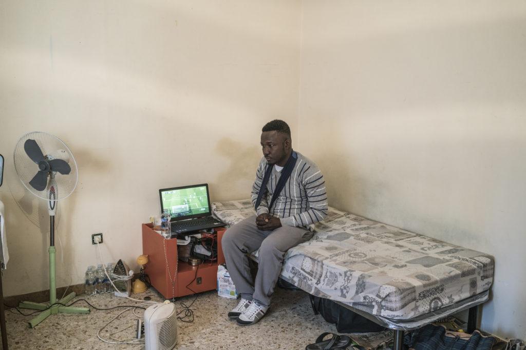 Wilson Kofi, 20 anni, ghanese. Colpito alla spalla da Luca Traini. Nel suo appartamento a Macerata dopo essere stato dimesso dall'ospedale (foto: Emanuele Satolli)