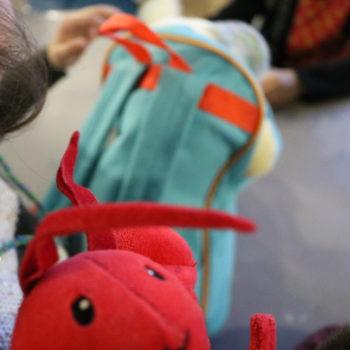 Grande-Synthe: Naza e i giocattoli che infila nello zainetto quando sente che forse si può finalmente partire per l'Inghilterra (foto: Emanuela Barbiroglio)