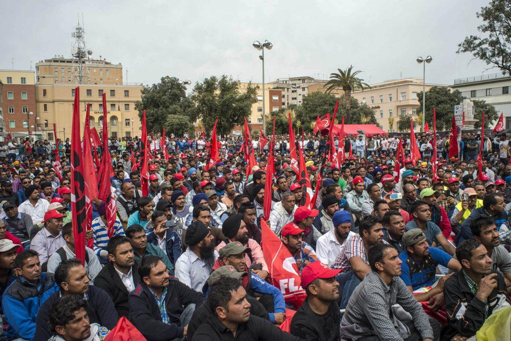 Oltre duemila Sikh protestano in piazza della libertà a Latina per rivendicare condizioni di lavoro più dignitose e un salario minimo di 5 euro l'ora (foto: Marco Valle)