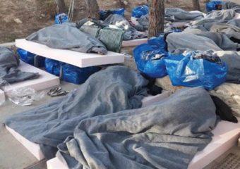 Persone dormono all'aperto all'interno del recinto dell'hotspot dopo uno sbarco. La foto risale alla notte tra il 9 e 10 marzo 2018 (foto tratta dal dossier di Asgi, Cild e Indie Watch).