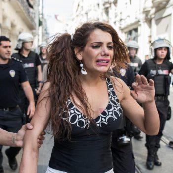 L'attivista Lgbti+ Hande Kader al Pride di Istanbul il 28 giugno 2015 (foto: Şener Yılmaz Aslan/MOKU su licenza CC BY 2.0)