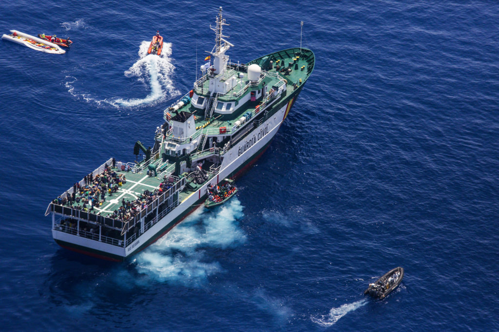 La nave Rio Segura della Guardia Civil spagnola, vista dall'aeroplano Moonbird durante un'operazione di soccorso nel Mediterraneo (foto: Alessio Mamo)