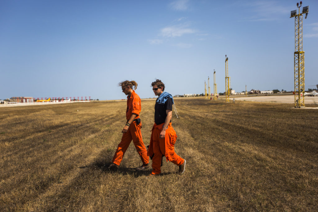 Tamino Böhm, l'operatore di volo di Moonbird, con Mark, pilota volontario per la Humanitarian Pilot Initiative, dopo le sette ore di volo tornano dall'aeroporto internazionale di Malta al campo dell'organizzazione (foto: Alessio Mamo)