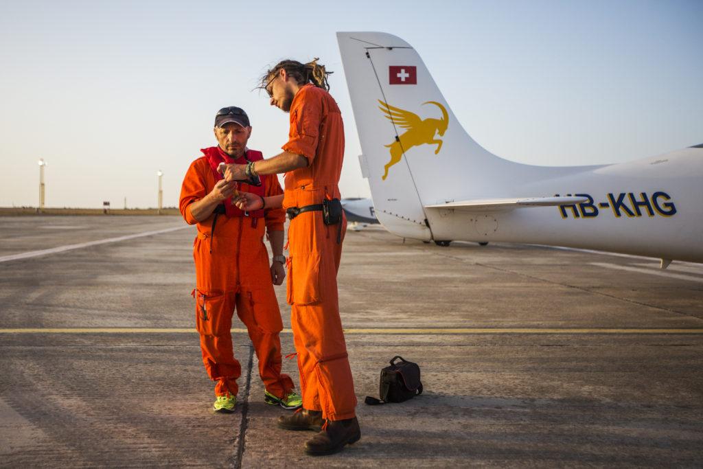 Pasquale, uno dei volontari della svizzera Humanitarian Pilot Initiative per Moonbird, con Tamino Böhm, operatore di volo per Sea Watch. I due si preparano prima del volo vicino alla coda dell'aeroplano (foto: Alessio Mamo)