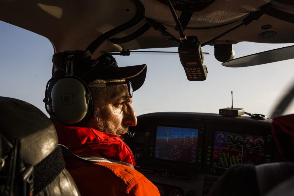 Pasquale, pilota volontario per la Humanitarian Pilot Initiative, guarda uno dei target che Moonbird ha individuato dall'alto (foto: Alessio Mamo)